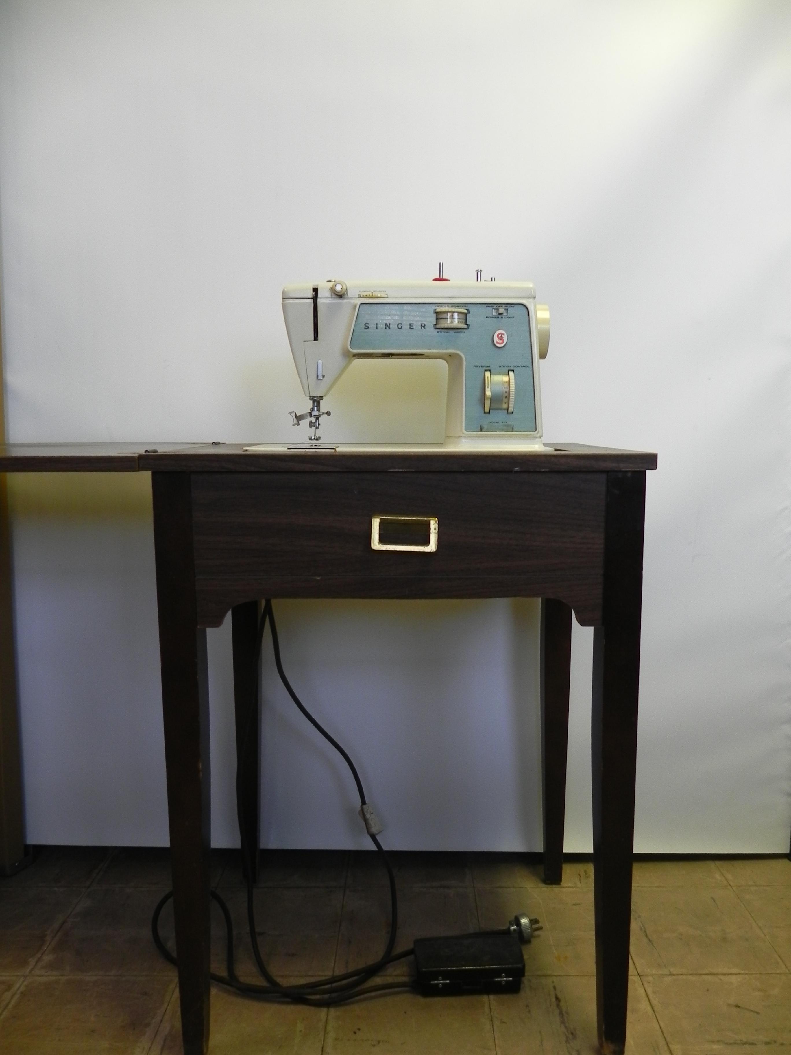 Sewing Machine Singer Model 717